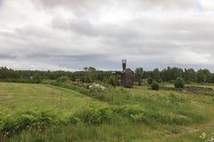 Väderkvarn i det jordbruks- landskapet Arkivbilder