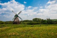 Väderkvarn i ett lantligt landskap royaltyfria foton