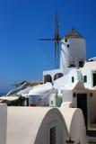 Väderkvarn i Oia, Santorini Arkivfoto