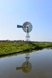 Väderkvarn i polder Royaltyfri Fotografi