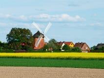 Väderkvarn i tyskt vårlandskap. Royaltyfri Bild