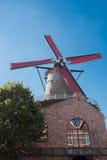 Väderkvarn med röda vingar i Sluis, Holland Royaltyfria Bilder