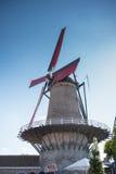 Väderkvarn med röda vingar i Sluis, Holland Arkivfoto