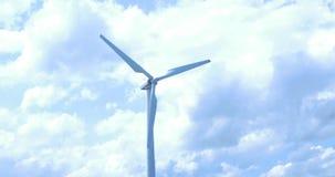Väderkvarn mot blå himmel med rörelse i blad lager videofilmer