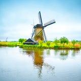 Väderkvarn och kanal i Kinderdijk, Holland eller Nederländerna. Unesco-plats Arkivbild