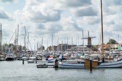 Väderkvarn och yachter i Hellevoetsluis, Nederländerna arkivbilder