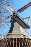 Väderkvarn på en bakgrund för blå himmel, Nederländerna Arkivfoto