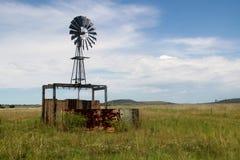 Väderkvarn på en Freestate lantgård Arkivfoton