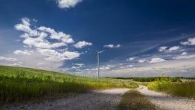 Väderkvarn på en solig dag i sommar på det gröna fältet, timelapse, 4K stock video