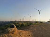 Väderkvarn på fält Fotografering för Bildbyråer