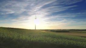 Väderkvarn på grönt fält på en solig dag i sommar arkivfilmer