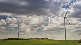 Väderkvarn på grönt fält i sommar på en solig dag, timelapse stock video
