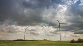 Väderkvarn på grönt fält i sommar på en solig dag, timelapse lager videofilmer