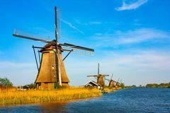 Väderkvarn på Kinderdijk - härlig solig dag royaltyfria foton
