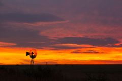 Väderkvarn på solnedgången Arkivbild
