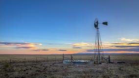 Väderkvarn på solnedgången på slättarna Royaltyfri Fotografi