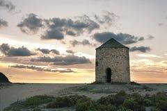 Väderkvarn på stranden Fotografering för Bildbyråer