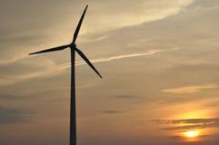 Väderkvarn produktion av grön energi. Fotografering för Bildbyråer