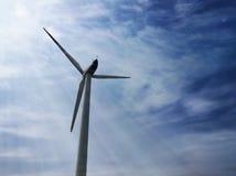 Väderkvarn som ekologiskt ren källa av energi Royaltyfria Foton