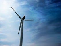 Väderkvarn som ekologiskt ren källa av energi arkivbild