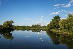 Väderkvarn som ger ren energi royaltyfri fotografi