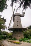 Väderkvarn som historically används för att pumpa vatten för bevattningen av Golden Gate Parken, San Francisco, Kalifornien royaltyfria bilder