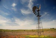 Väderkvarn. Transfrontier Kgalagadi parkerar, nordlig udde, Sydafrika Royaltyfri Bild