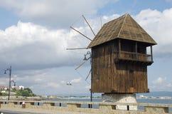 Väderkvarn vid havet i Nessebar Arkivfoto