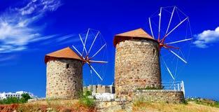 Väderkvarnar av den Patmos ön royaltyfria bilder