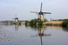 Väderkvarnar av kinderdijk holland Arkivbild