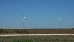 Väderkvarnar för förnybar elektrisk energiproduktion arkivfilmer