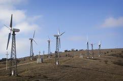 Väderkvarnar frambringar elektricitet Arkivfoto