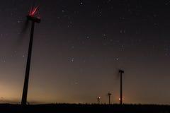 Väderkvarnar med milkyway och stjärnor i sydliga Spanien Arkivbilder