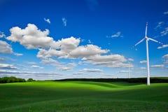 Väderkvarnar och gräsplanfält Royaltyfri Bild