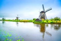 Väderkvarnar och kanal i Kinderdijk, Holland eller Nederländerna. Unesco-plats Royaltyfria Bilder