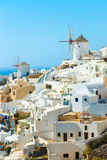 Väderkvarnar och lägenheter i den Oia staden, Santorini Royaltyfri Fotografi