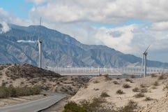 Väderkvarnar och San Jacinto Mountains arkivbilder