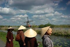 Väderkvarnar och vietnames på semester Royaltyfria Foton