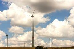 Väderkvarnar på fältet Elektr. utveckling för turbiner för vindgeneratorer Royaltyfria Foton
