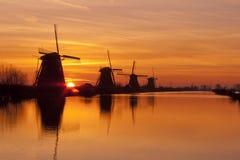 Väderkvarnar på Kinderdijk under soluppgång Arkivfoto