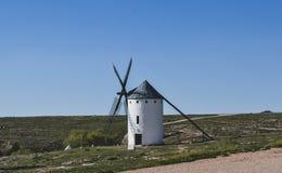 väderkvarnar som en lokaliseras i Castilla la Mancha i Spanien arkivbilder