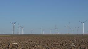 Väderkvarnar vindturbiner, åkerbruk makt för generator för vetefält, elektricitet lager videofilmer