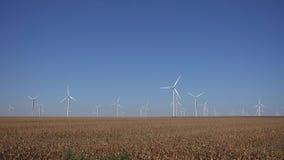 Väderkvarnar vindturbiner, åkerbruk makt för generator för vetefält, elektricitet arkivfilmer