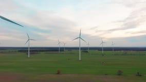 Väderkvarnvindkraftteknologi - flyg- surrsikt på vindkraft, turbinen, väderkvarnen, energiproduktion - gräsplan lager videofilmer