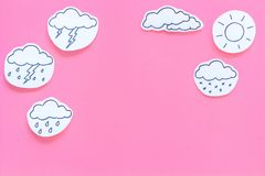 Väderprognosbegrepp Moderna vädersymboler ställde in på rosa utrymme för kopia för bästa sikt för bakgrund Arkivfoto