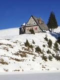 Väderstuga i bergen Arkivbild