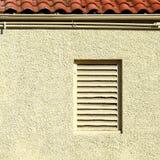 Vädrat fönster under ett tak för röd tegelplatta Royaltyfri Bild