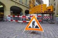 Väg-arbeten tecknet förläggas på vägen i Bern Arkivbilder