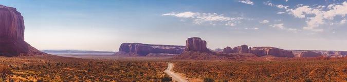 Väg bland vagga-monumenten i dalen av monument, Utah Naturliga dragningar av Nordamerika Arkivbilder