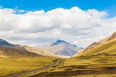 Väg Cusco- Puno, Peru, Sydamerika. Sakral dal av incasna. Spektakulär natur av berg och himmel royaltyfri foto